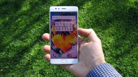 El OnePlus 3T es un móvil relativamente grande, así que utilizarlo con una sola mano es casi imposible