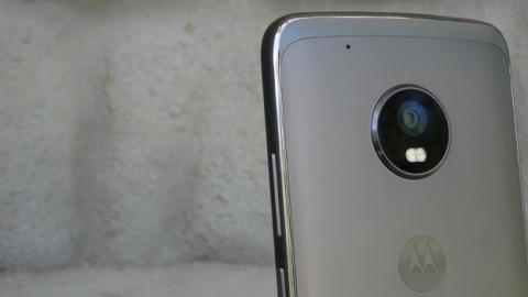 La cámara del Moto G5 Plus sobresale significativamente por encima de la carcasa