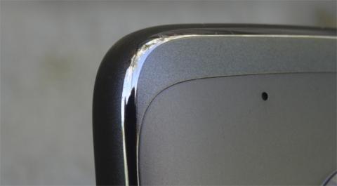 Los fragmentos de plástico que hay en la parte trasera están diseñados para evitar problemas de cobertura
