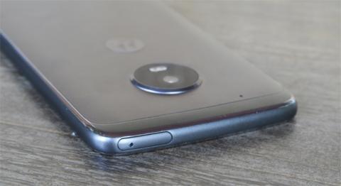 Detalle de los bordes cromados, que han sido los que peores opiniones nos han generado tras probar el Moto G5 Plus