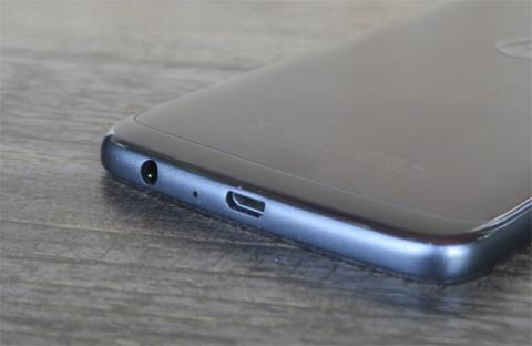 Los laterales con efecto cromado del Moto G5 Plus, lo más criticable de este móvil desde nuestra opinión