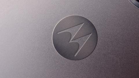 El logotipo de Motorola viene impreso sobre la carcasa del Moto G5 Plus