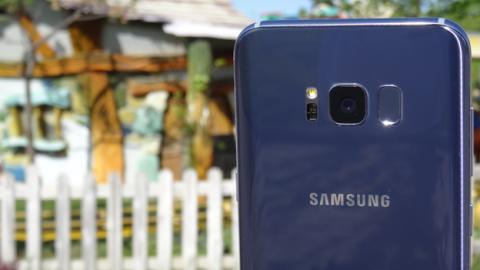 El lector de huellas del Galaxy S8+, pese a su extraña posición, es capaz de reconocer en muy poco tiempo nuestra huella