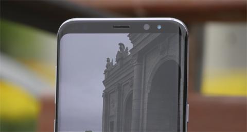 Detalle del marco superior de la pantalla del S8 Plus