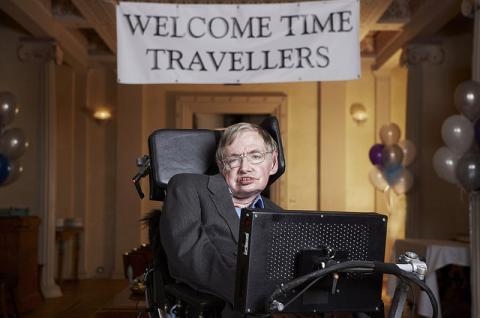 Stephen Hawking cree que debemos abandonar la Tierra antes de 2117