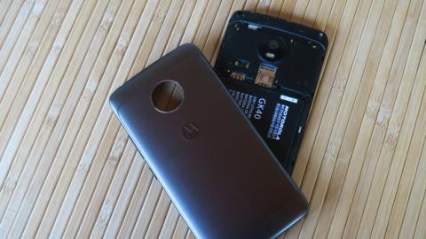 El Moto G5 tiene carcasa extraíble, cosa de la que no puede presumir su hermano mayor, el G5 Plus