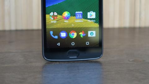 El lector de huellas del Moto G5 está debajo de la pantalla, y funciona a modo de superficie táctil