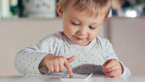 niños bebes que usan el movil