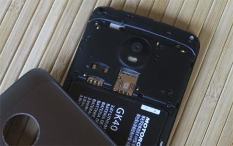 La ranura de la SIM y el espacio para la microSD se encuentran debajo de la carcasa