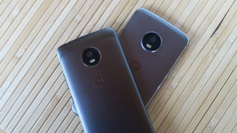 El Moto G5 encima de su hermano mayor, el Moto G5 Plus
