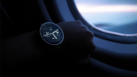 Usuario con un reloj inteligente Moto 360 y la nueva versión Android Wear 2.0.