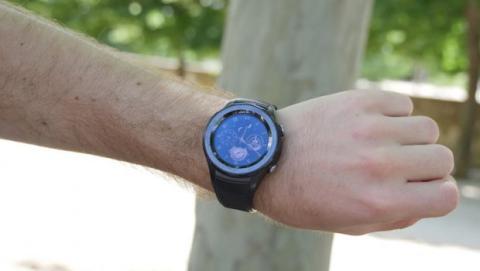 Pasa el ratón para comparar el Huawei Watch 2 en una muñeca de hombre y mujer