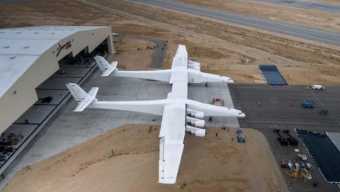 El avión Stratolaunch que llevará cohetes al espacio