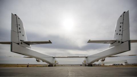 El avión visto desde atrás