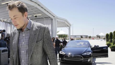 Elon Musk bajará en persona a las fábricas de Tesla