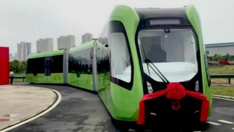 ¿Este curioso y sorprendente invento chino es un autobús o un tranvía?