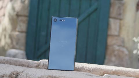 El efecto cristal espejo de la carcasa trasera del Sony Xperia XZ Premium