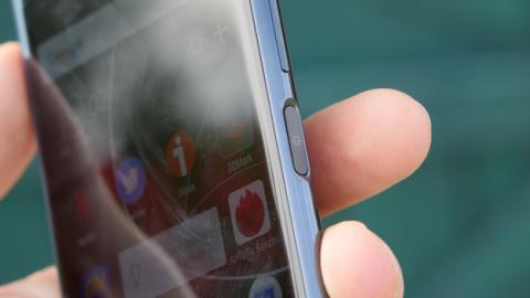 Tal y como es habitual en los Sony Xperia desde hace años, el lector de huellas está en el lateral derecho