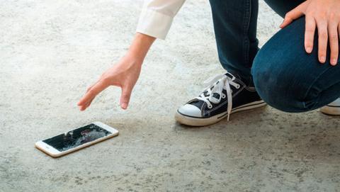 Proteger la pantalla de tu móvil para evitar que se rompa.