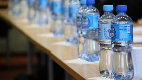 Caduca el agua o lo hace la botella.