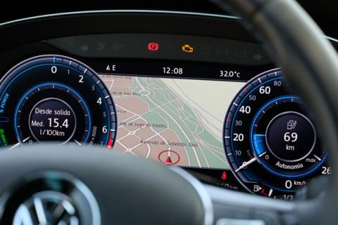 A la izquierda del cuadro de instrumentos está el consumo, a la derecha la autonomía y en el centro, el navegador