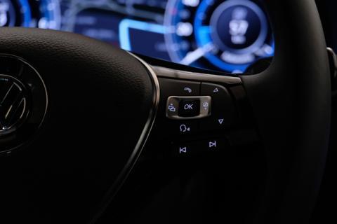 El botón del reconocimiento de voz del volante