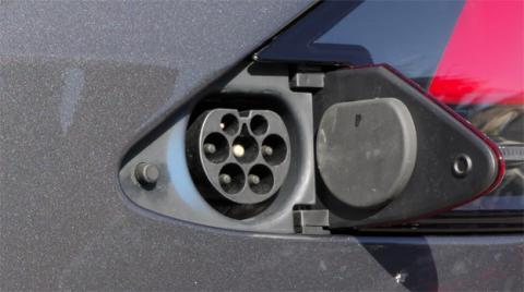 La carga de la batería se realiza a través de un puerto oculto bajo las luces traseras