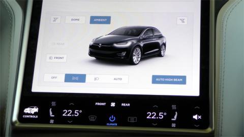 Las luces del coche, la altura de la suspensión, el climatizador... todo se regula desde la pantalla