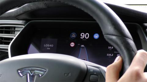 El Autopilot se encarga de mantener el coche en su carril y respetar la distancia de seguridad con el coche de delante