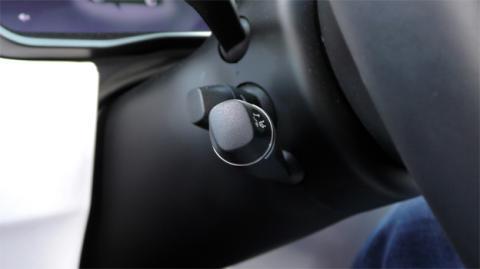 La palanca que permite activar el Autopilot en Tesla