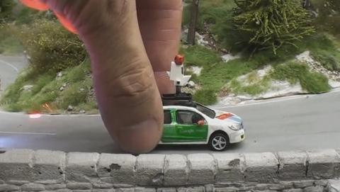 Un coche de Google Street View en miniatura fotografía una maqueta