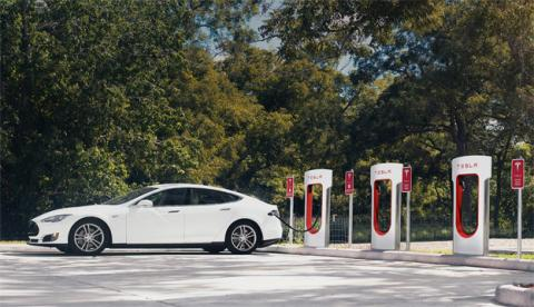 Un Tesla cargando la batería en un Supercharger