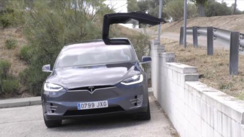 La puerta de ala de gaviota de Tesla se abre en casi cualquier circunstancia
