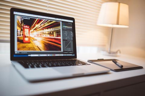 Portátil con un editor de imágenes