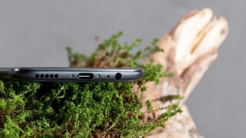 El OnePlus 5 sigue integrando el altavoz en la parte inferior izquierda del marco.