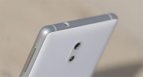 Detalle de los laterales del móvil de Nokia
