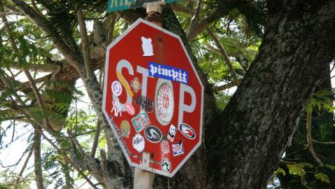 El coche autónomo no sabe reconocer una señal de tráfico cuando tiene pegatinas.