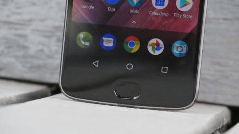 El lector de huellas está integrado en una superficie táctil debajo de la pantalla