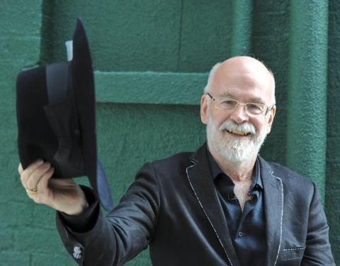 La última voluntad de Terry Pratchett fue que sus libros sin acabar fueran destruidos por una apisonadora, y ya se ha cumplido