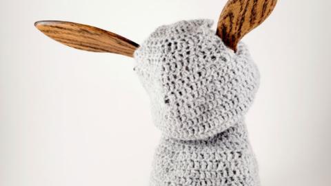 Este robot vestido de lana parece que necesita un poco de ayuda