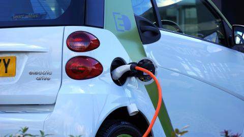 Un coche eléctrico repostando