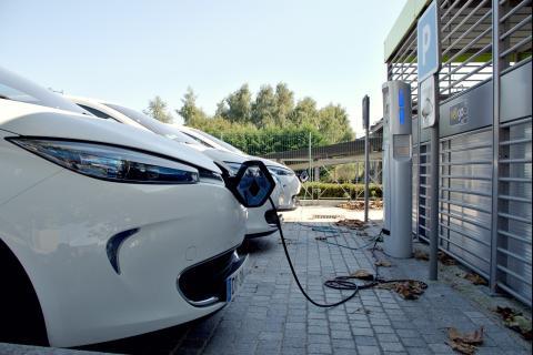 Varios coches eléctricos respostando