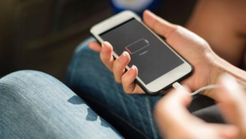 El truco para cargar el móvil sin enchufe es muy peligroso.