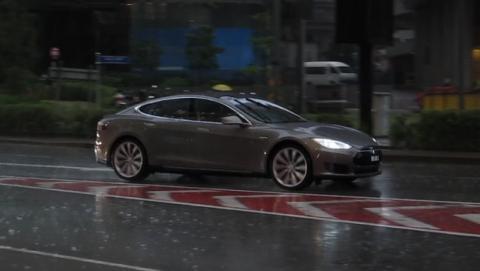 Tesla alarga la autonomía de sus coches para escapar del huracán