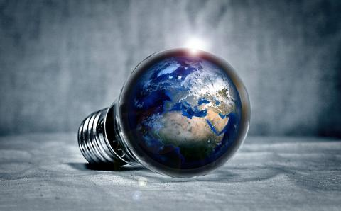 Bombilla con el planeta Tierra dentro