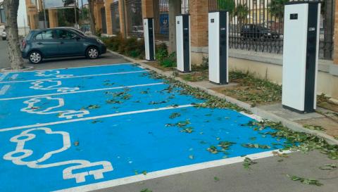 Aparcamiento para coche eléctrico en la calle
