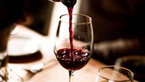 beber vino dolor cabeza