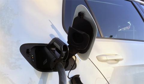 Un coche eléctrico conectado a una toma CCS