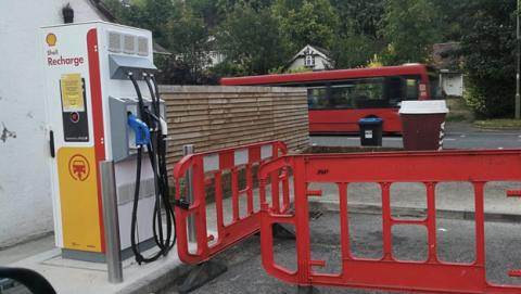 Shell empieza a desplegar puntos de carga para coches eléctricos