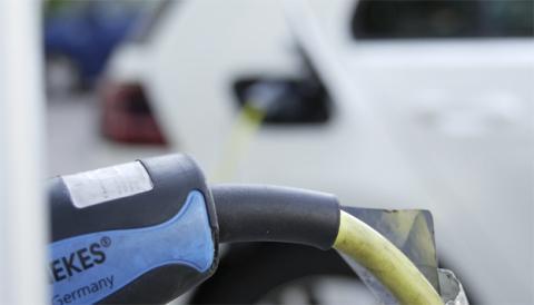 Un coche eléctrico cargándose mediante un cable Mennekes